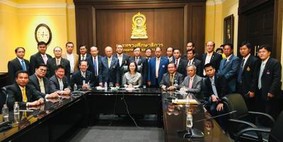 คณะกรรมการ ส.บ.ม.ท. เข้าพบ รัฐมนตรีว่าการกระทรวงศึกษาธิการ